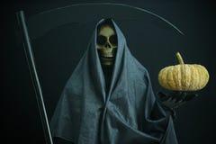 Halloweenowy pojęcie i tło, goniec śmierć z banią w Halloween, duch z czarnym tłem Zdjęcia Royalty Free