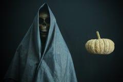 Halloweenowy pojęcie i tło, goniec śmierć z banią w Halloween, duch z czarnym tłem Obraz Stock