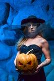 Halloweenowy pojęcie z młodą kobietą Zdjęcia Royalty Free