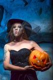 Halloweenowy pojęcie z młodą kobietą Obraz Royalty Free