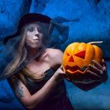 Halloweenowy pojęcie z młodą kobietą Zdjęcie Stock
