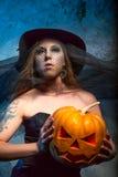 Halloweenowy pojęcie z młodą kobietą Zdjęcia Stock