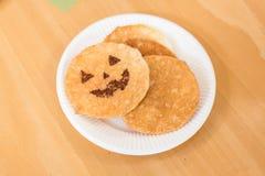 Halloweenowy senbei na papierowym talerzu Zdjęcie Stock