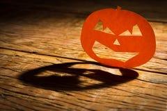 Halloweenowy tła pojęcie Jack O twarzy dyniowy gniewny cień a zdjęcie stock