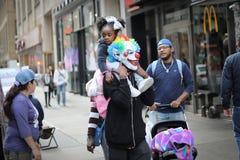 Halloweenowy taty i córki spacer fotografia royalty free