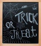 Halloweenowy ` Trikowy lub funda chalkboard ` tekst Obrazy Royalty Free