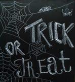 Halloweenowy ` Trikowy lub funda chalkboard ` tekst Obraz Stock