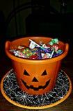 Halloweenowy trikowy lub funda dyniowy wiadro Zdjęcia Royalty Free