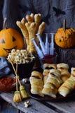 Halloweenowy trikowy lub funda przyjęcie Śmieszny wyśmienicie jedzenie i bania na drewnianym tle - mini pizza, chlebowi kije, ser zdjęcie royalty free