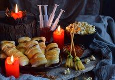 Halloweenowy trikowy lub funda przyjęcie Śmieszny wyśmienicie jedzenie i bania na drewnianym tle - mini pizza, chlebowi kije, ser obrazy royalty free