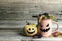 Halloweenowy wakacyjny kubek z cukierek banią z śmiesznym fa i dżdżownicami zdjęcie royalty free