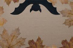 Halloweenowy wakacyjny tło, opróżnia papier dla teksta, bani, liści klonowych i nietoperza, Widok od above z kopii przestrzenią Fotografia Stock