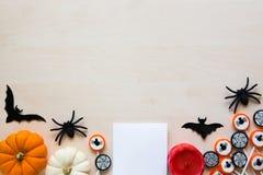 Halloweenowy wakacyjny tło z pająkami, nietoperzami, cukierkami i baniami na drewnie, Zdjęcie Stock