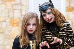 Halloweenowych dzieciak dziewczyn straszenia kostiumowy gest obraz stock