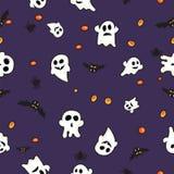 Hallowen modellsvart slår till, den vit spöken och apelsinpumpa på violett bakgrund Royaltyfria Bilder