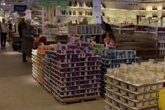 Halls des marchandises dans le magasin de meubles Ikea Images libres de droits