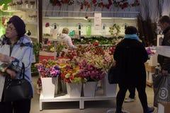 Halls des marchandises dans le magasin de meubles Ikea Photo libre de droits