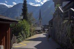 Hallstadt/Austria - 21 de septiembre de 2018: Peque?a ciudad vieja pintoresca con las calles estrechas hermosas con los turistas fotos de archivo