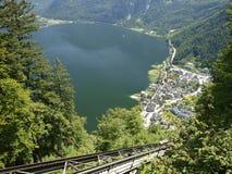 Hallstadt i Österrike över sjön i fjällängar Royaltyfria Foton