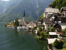 Hallstadt i Österrike över sjön i fjällängar Arkivfoton