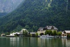 Hallstadtt, wenig Dorf am Rand eines Sees unter den Alpen mountians lizenzfreies stockbild
