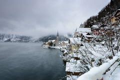 Hallstatt圣诞节村庄在奥地利阿尔卑斯,用雪报道的冬时的 库存图片