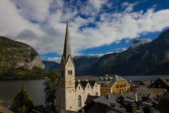 Hallstatt教会在春天 库存图片