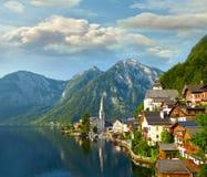 Hallstatt村庄和高山湖在早晨点燃 免版税库存照片