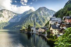 Hallstatt村庄和Hallstatter在奥地利看见山湖 免版税图库摄影