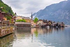 Hallstatt村庄在阿尔卑斯多云天 免版税库存照片