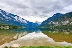 Hallstatt湖与鸭子、天空的云彩和反射的雨天在水中 萨尔茨卡默古特地区,奥地利 库存照片