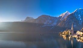 Hallstatt湖和村庄在黎明与阳光 免版税库存照片