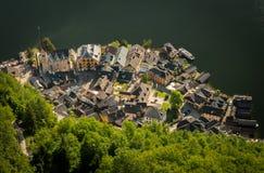 Hallstatt,与森林和湖的奥地利鸟瞰图 免版税库存图片