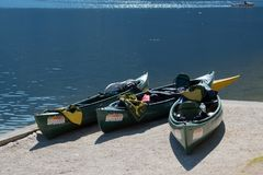 HALLSTATT, SALZKAMMERGUT/AUSTRIA - 9月14日:独木舟海滩 免版税库存照片
