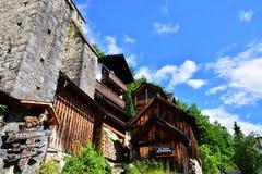 Hallstatt, Áustria - 30 de junho de 2017: Casas alpinas decoradas com flores e plantas imagens de stock