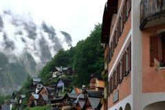Hallstatt, Áustria - 29 de junho de 2017: Casas alpinas decoradas com flores e plantas fotografia de stock royalty free