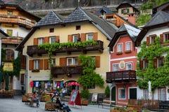 Hallstatt, Áustria - 21 de maio de 2017: Praça da cidade em Hallstatt, Áustria Quadrado central da vila de Hallstatt com flores e Foto de Stock Royalty Free