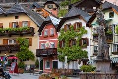Hallstatt, Áustria - 21 de maio de 2017: Praça da cidade em Hallstatt, Áustria Quadrado central da vila de Hallstatt com flores e Fotografia de Stock