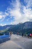 HALLSTATT ÖSTERRIKE - SEPTEMBER 16: Turister ser sikt från himmel w Royaltyfri Fotografi