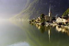 Hallstatt στο πρωί με το φως του ήλιου και την αντανάκλαση στη λίμνη, Αυστρία, Ευρώπη Στοκ Εικόνες