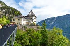 Hallstatt, Австрия - 2-ое мая 2018: Skywalk Hallstatt Rudolfsturm - ресторан с панорамной террасой Всемирное наследие VI Стоковое Изображение RF