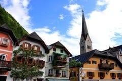 Hallstatt, Austria - 29 2017 Jun: Alpejscy domy dekorujący z kwiatami i roślinami zdjęcie stock
