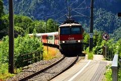 Hallstatt, Austria - 30 2017 Jun: Fotografia OBB pociąg w wsi Austria zdjęcia stock