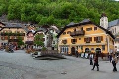Hallstatt, Austria - 21 maggio 2017: Piazza in Hallstatt, Austria Quadrato centrale del villaggio di Hallstatt con i fiori e la a Immagini Stock Libere da Diritti
