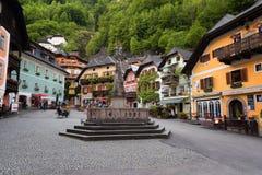 Hallstatt, Austria - 21 maggio 2017: Piazza in Hallstatt, Austria Quadrato centrale del villaggio di Hallstatt con i fiori e la a Fotografie Stock