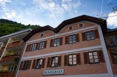 Hallstatt Austria, Maj, - 21, 2017: Sceniczny pocztówka widok tradycyjni starzy drewniani domy w sławnym Hallstatt góry vill Obraz Royalty Free