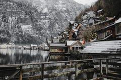 Hallstatt cerca de las montañas y del ` s del lago, Austria bulding imagenes de archivo