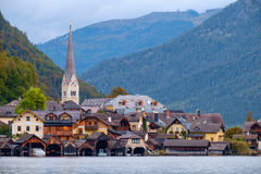 Hallstatt con Hallstatter vede nelle alpi austriache Immagine Stock