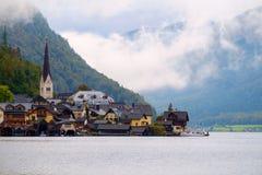 Hallstatt con Hallstatter vede nelle alpi austriache Immagini Stock Libere da Diritti
