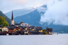 Hallstatt con Hallstatter vede nelle alpi austriache Immagini Stock